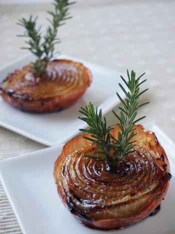 いつものタマネギもこんなにおしゃれに変身♪砂糖とバターでこんがり焼けたらローズマリーなどのハーブで飾り付けをしましょう。クリスマスのおもてなしメニューとしても見映えしそう!