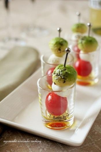 ミニトマトとミニモッツァレラチーズに合わせて、丸くくりぬいたアボカドでかわいいカプレーゼ・ピンチョス。ショットグラスに入れれば、盛り付けも手軽です。