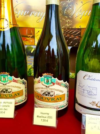 ワイン祭りでは、このように1本がお手頃なお値段で購入することが出来ます。こちらは筆者が参加したTours(トゥール)のワイン祭りに並んだVouvray(ヴーヴレイ)のお薦めのワインです。