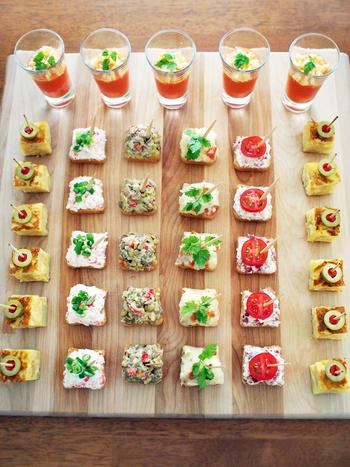 たくさんのカラフルなピンチョスが並んでいるだけで、パーティーが盛り上がります。皆が思わずつまみたくなるような、色合いで並べましょう。土台に市販の食パンを四角く切って利用する場合は、オリーブオイルを塗って軽くトーストすると、上に載せるフィリングとの相性が良くなります。