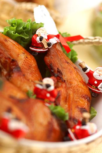 素敵なレストランでディナーもいいけれど、気合いを入れてお家でクリスマスディナーを!でもお家でクリスマスのチキン料理とか難しそう…。と思っている人におすすめの、クリスマスにピッタリ♪なチキンのクリスマスレシピをご紹介します!