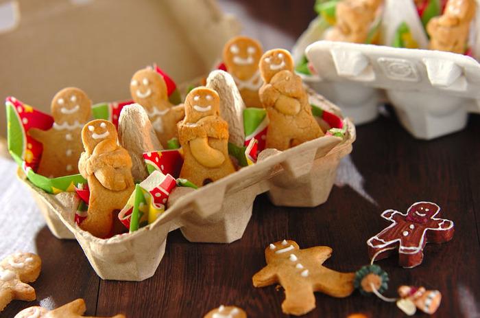 ナッツをハグしたジンジャーマンの姿が愛らしいクッキーのレシピ。型抜きする時に穴をあけてツリーにのオーナメントにするのもオススメです。