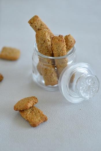 炒り玄米とジンジャーのザクザク食感が楽しめる、ヘルシーなジンジャークッキーのレシピです。