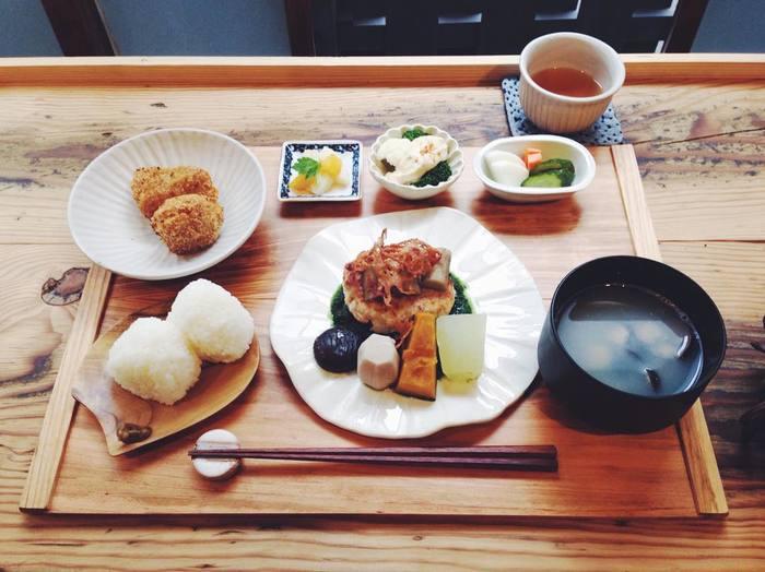 「むすび膳」は土鍋で炊いたおにぎりに主菜がつきます。どちらもおいしそうで、悩んでしまいそうです…。