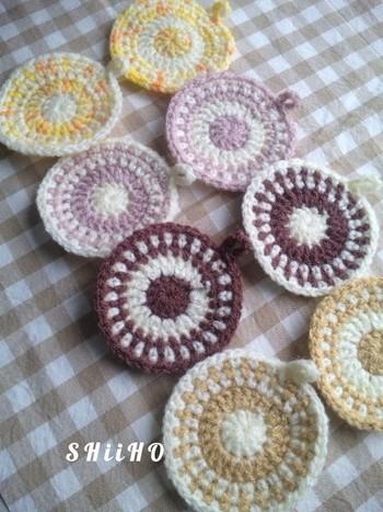 編み目の模様も素敵な、まるでコースターのようなエコたわしです。作りたては実際にコースターとして使い、少し汚れてきたらたわしとして使う、という方法もいいかもしれませんね。