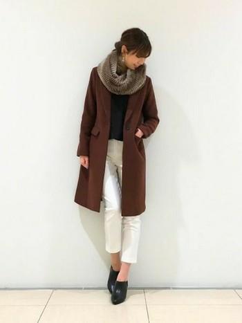 かっこいいスタイルにはファー素材のスヌードをプラスして、品の良さと女性らしさを。