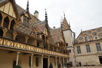 ボーヌの街はワインの街と言われています。ここを拠点にワイナリーを巡るのもよさそうですよね。
