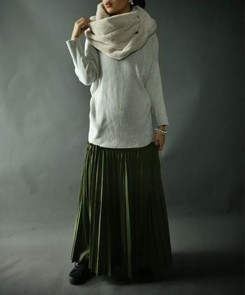 ロング丈トップス×マキシ丈スカートは、トップスと同系色のスヌードでバランス抜群に。