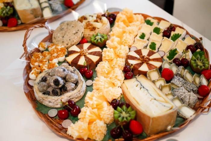 フランスではチーズのことを『フロマージュ』と言います。スーパーでは沢山の種類のチーズがとてもお手頃で売られています。