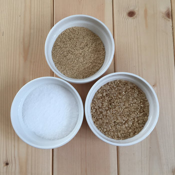 いりぬか、塩、玄米を2:1:2混ぜるだけで作れる米ぬかカイロ。じんわりとあたたまります。