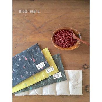 小豆のカイロは適度な重みやぽこぽこした触り心地で、やさしくホカホカあったまる。袋に小豆を詰めて30秒から1分レンジで加熱するだけ。