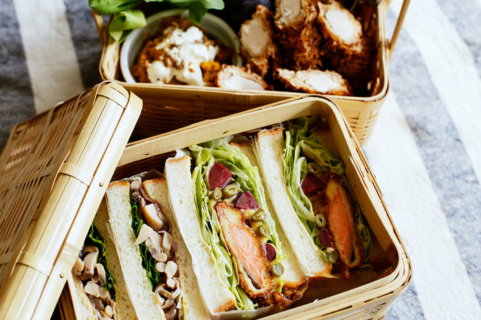 休日のピクニックにサンドイッチのお弁当。適度にボリュームがあって、彩り豊かな具材があると見栄えもするし、賑やかで楽しい雰囲気になります。たとえば、脂ののった秋鮭のフライにピクルスを合わせたサンドイッチはいかがでしょう?