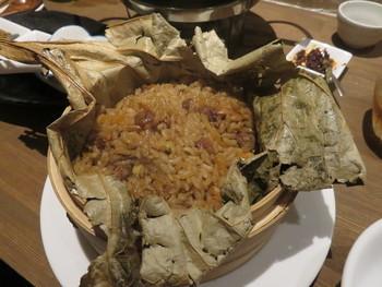 蓮の葉で包んだ羊ご飯など、日本ではなかなか食べることの出来ない料理も味わえます。クミンのスパイスが効いたクセになるようなエスニックな味わいです。