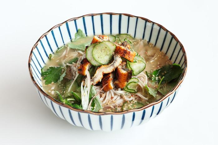 通常は酢の物として食べる「うざく」を冷汁の具材に使った、スタミナ麺。食欲が落ちがちな夏場もツルツルさっぱりいただけます。