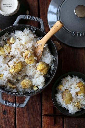 鍋でも炊飯器でも作れるお手軽栗ごはん。栗は切らずに丸ごと1個入れると見た目もよく、食べ応えもありますよ。