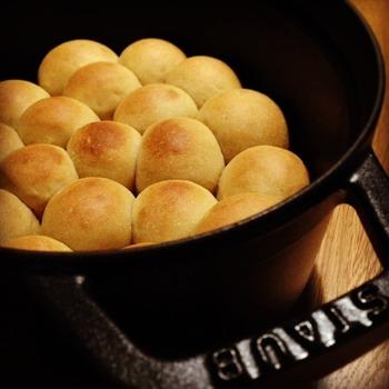 ストウブ鍋はパンを焼くことも出来るんです。パン生地をストウブ鍋に並べて、そのままオーブンへ。こんがりと焼き上がったパンは何個でも食べれちゃいますよ。