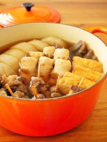 ゆっくりコトコトと煮込んで作るおでん。ルクルーゼで作るといつものおでんもなんだかおしゃれですね。お好みの食材を入れて熱々をいただきましょう。