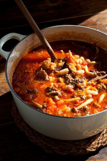 牛すじ肉をたっぷり使ったトマトシチューは寒い季節にぴったり。牛すじが柔らかくなるまでじっくりと煮込みましょう。赤ワインを加えるとコクがプラスされますよ。