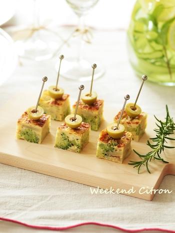 ジャガイモが入ったボリューム感のあるスペイン風オムレツ「トルティージャ」のピンチョス。ブロッコリーを入れると、断面の緑色がきれい。玉子焼き器でつくると四角くきれいに焼き上げられます。