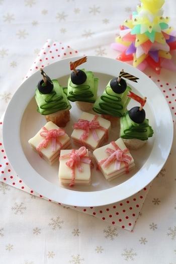 チーズとハムを挟んだサンドイッチは、かに風味かまぼこのリボンで巻いてプレゼントボックスに。クリスマスツリーは、スライスしたキュウリ、ちくわ、ブラックオリーブで。ピックはマスキングテープでちょっぴりおめかししましょう。