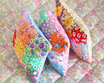 花柄の布を使ってパッチワークしたピンクッション。自分だけのピンクッションを使えば、針仕事もはかどりそうですね。