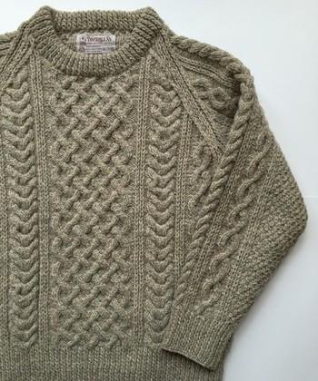 上からかぶる、ベーシックなタイプのセーター。人気は「1A」です。クルーネックが柔らかな風合いをより魅力的にするデザインとなっています。