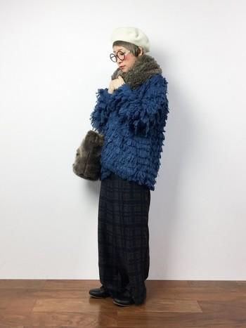 ベーシックなカラーはもうみんな持っていてイヤ!‥という方は珍しいブルーがおススメ。アクセントにぴったりなブルーは、シックな冬コーデをアップデートしてくれますよ♪