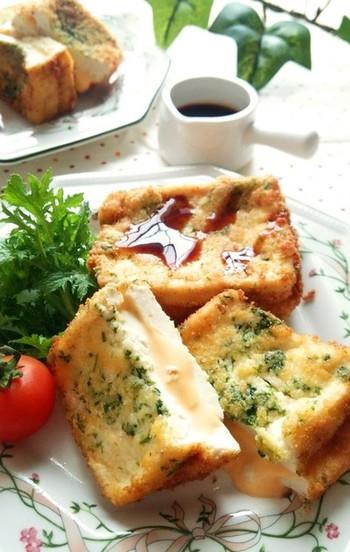 木綿豆腐のコシがあるふんわり感、チーズのとろ~んとした食感がたまらない挟み揚げのレシピ。 青のりのアクセントが効いて、ごはんの主役になること間違いなし♪