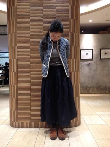 可愛い印象の「ドットプリントのキルティングジャケット」には大人めカラーのロングスカートを合わせて。