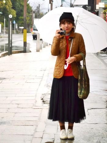 「ブラウンカラーのキルティングジャケット」には甘めにチュールスカートを合わせて。細身のシルエットのキルティングジャケットはふんわりなチュールスカートとの相性ぴったり♡