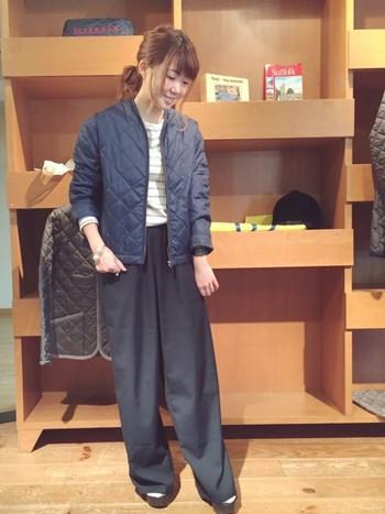 「ネイビーカラーのノーカラーキルティングジャケット」にはワイドパンツを合わせて。ショート丈のキルティングジャケットとワイドパンツの相性は◎です!