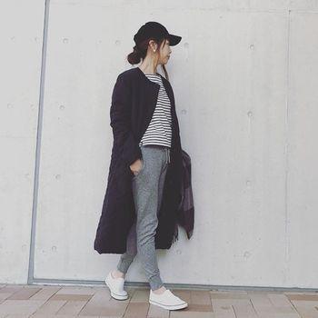 「ブラックカラーのノーカラーロングキルティングジャケット」にはスポーティなパンツとスニーカーを合わせて。ノーカラーのロングキルティングジャケットはすっきりスリムに女性らしいシルエットに仕上がるのでスポーティなスタイルに合わせても◎!