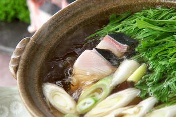 季節のお魚、ブリと一緒に、旬のお鍋の完成です。あぶらののったブリがたまりません!