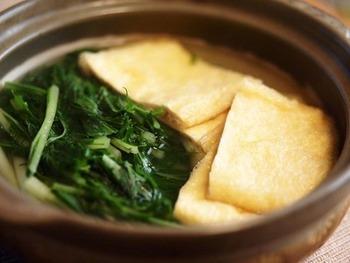 油揚げと水菜でつくる、シンプルなハリハリきつね鍋もいいですね!あたたかいものをもう一品、というときに重宝するレシピです。