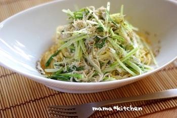ご飯ものに飽きたら、水菜としらすの黄金コンビで、オイルパスタはいかがでしょう。最後に黒七味をかければ味わい深い一皿に。