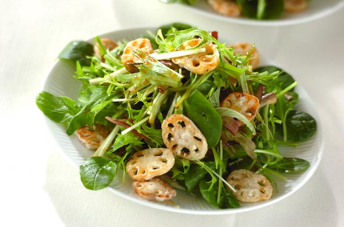 水菜とれんこんの組み合わせが美味しいレシピ。揚げ焼きにしたレンコンを加えることによって、さらに水菜のシャキシャキ食感が楽しめます。