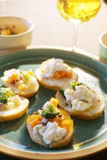 旬の根菜類と、豆腐クリームを乗せた、ベジタリアンも食べられるブルスケッタ。季節の根菜を彩り良く乗せてアレンジしましょう。