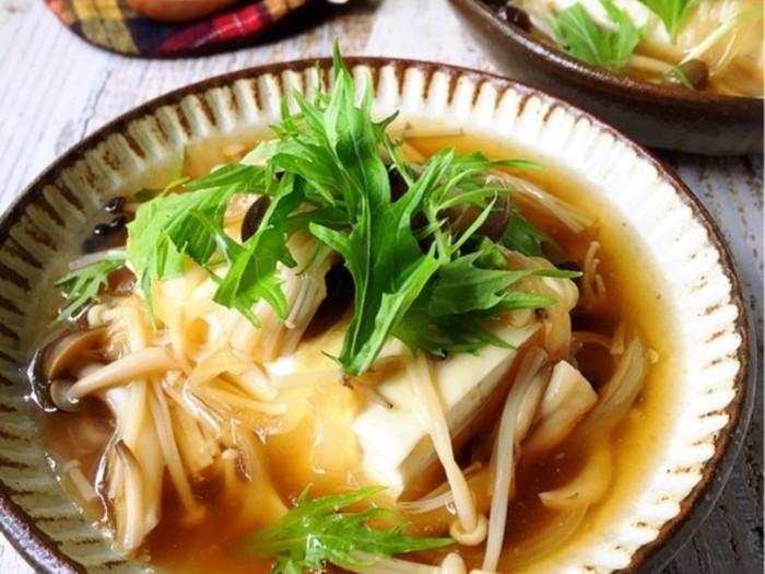 木綿でも絹ごしでも美味しく野菜を食べられる和風あんかけ豆腐。とろっとしたあんと溶き卵がネギやタマネギなどの具材に絡み、優しい甘みでいくらでも食べられそう。