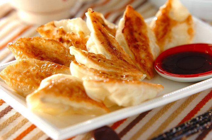 中華って満足感たっぷりだけど、カロリーが高いメニューも多く、控えている方も多いのでは? 麻婆豆腐など中華料理でもお豆腐は活躍しますが、餃子にお豆腐のアイデアは目から鱗。お豆腐をまるごと一丁使ったカロリー控えめの餃子。