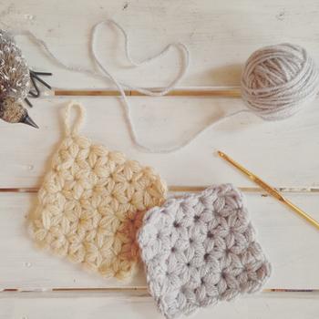 花が開いたような模様がきれいなリフ編みで作ったエコたわしです。リフ編みの練習をするのにも、こうした小さなサイズのエコたわしはぴったり。