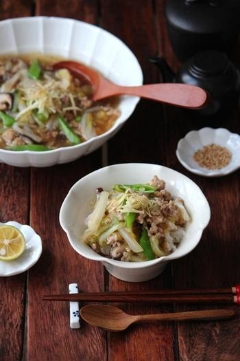 生姜の効いたあつあつの白菜あんかけ。そぼろも入っているので、ごはんにかければ立派なあんかけ丼になります。