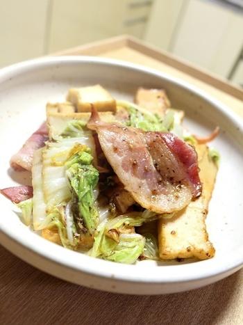 中華風になりがちな白菜炒めをバターソテーで目新しく変身!ベーコンと厚揚げが入ることでボリュームのある一品になります。