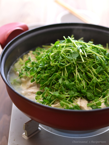 ダイエット中の方にもおすすめのヘルシー鍋。はちみつとレモンで鶏肉に下味をつけるのがポイントです。