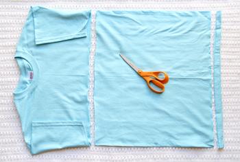 まずは袖の下と裾をカットします。袖部分をカットするので長袖のTシャツでも。