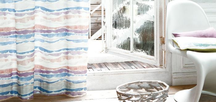 お気に入りの布を見つけたら、思いっきり楽しめるのがカーテンです。お部屋の雰囲気をがらりと変えられるカーテンは布の持っている力を感じることができるアイテムですね。