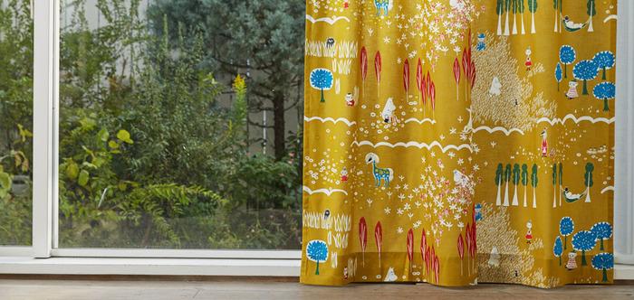 ムーミン柄のカーテンは子供部屋はもちろんリビングにも使えそう。鈴木マサル氏によるオリジナルのデザインです。
