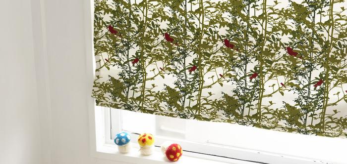 窓辺の表情を変えるシェードは布のデザインをそのまま楽しめるのがうれしいポイント。機械的に重なるドレープも美しいです。お気に入りの一枚でオーダーして。