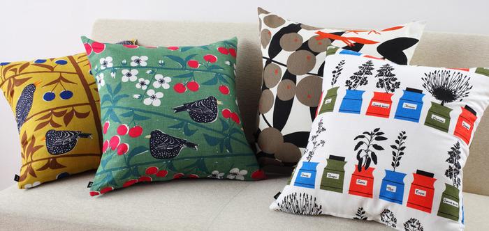 カーテンと共にお部屋の印象を左右するアイテム、クッション。小さくてもインパクトのある布を選べば、がらりと雰囲気が変わります。