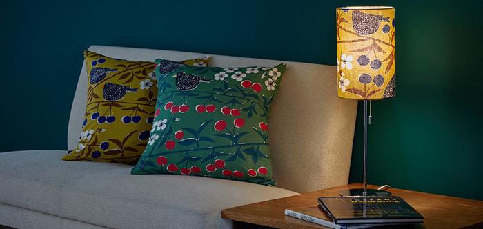 光を灯すと布を通した柔らかい光が素敵です。ベットやソファのサイドに置くのも良いですね。