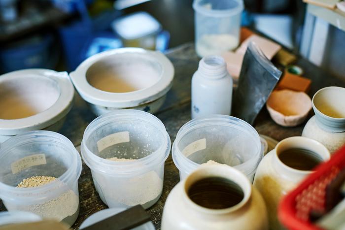 釉薬の調合につかう道具や材料